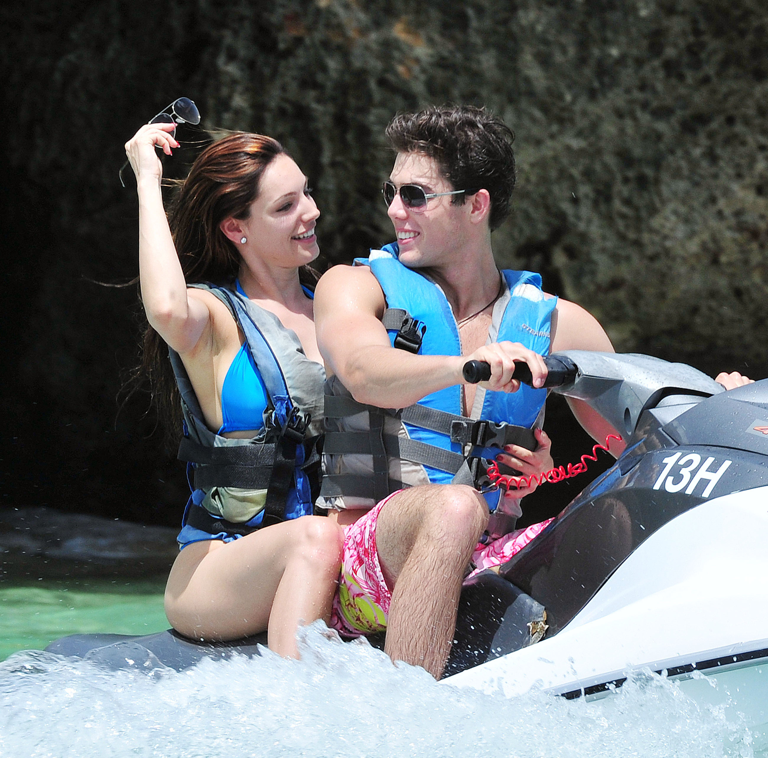 15810_Kelly_Brook_Caribbean_Blue_Bikini12_122_141lo.jpg