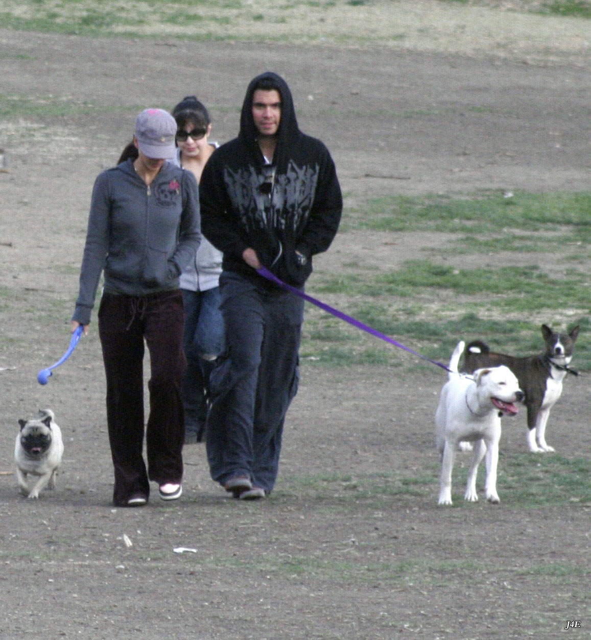 89576_Jessica_Alba_goes_to_the_dog_park_in_Beverly_Hills_Jan._20_007_123_586lo.jpg