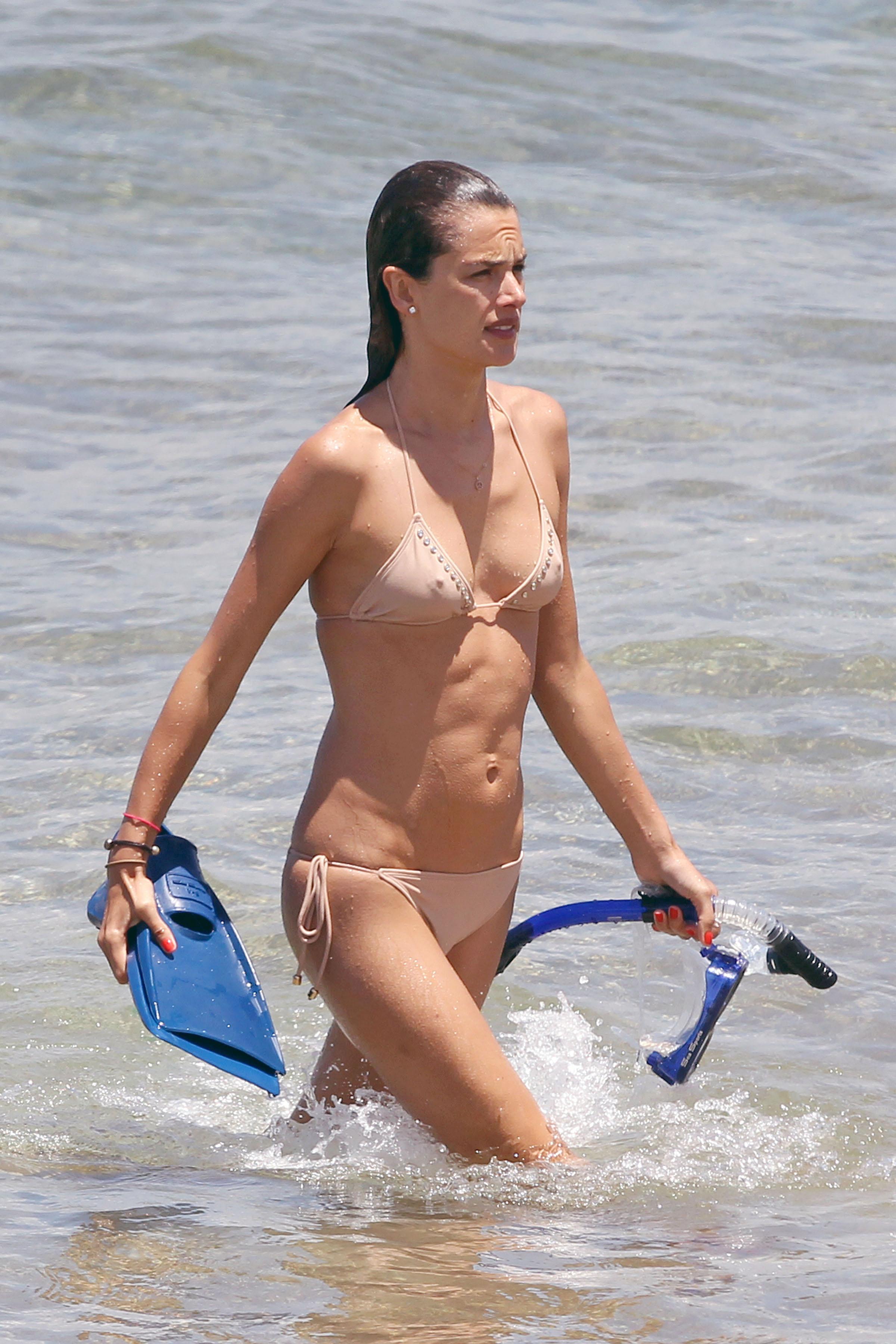 79796_Alessandra_Ambrosio_on_the_beach_in_Hawaii_6_122_484lo.jpg