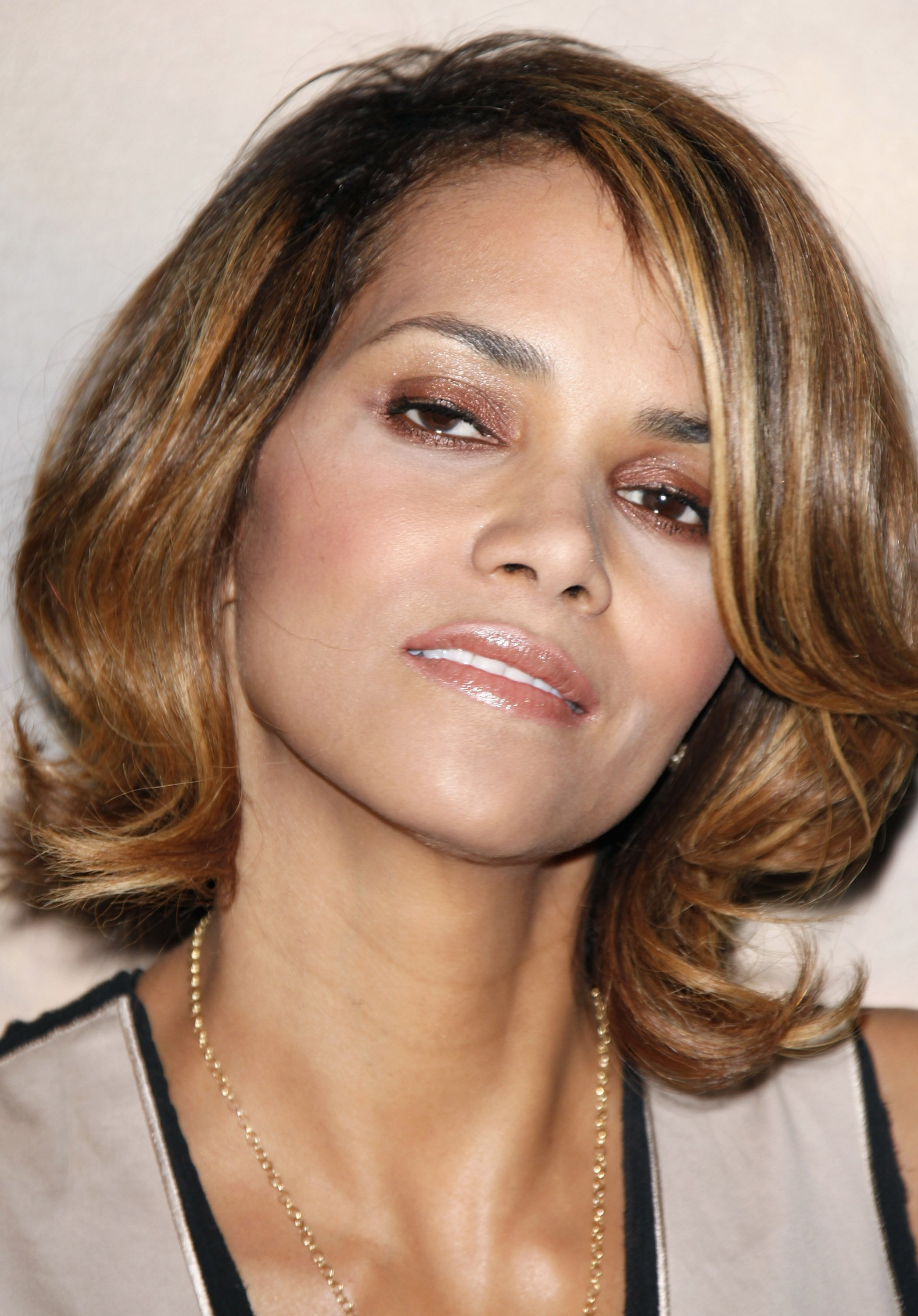 58960_Halle_Berry_2009_Jenesse_Silver_Rose_Gala_Auction_in_Beverly_Hills_124_122_654lo.jpg