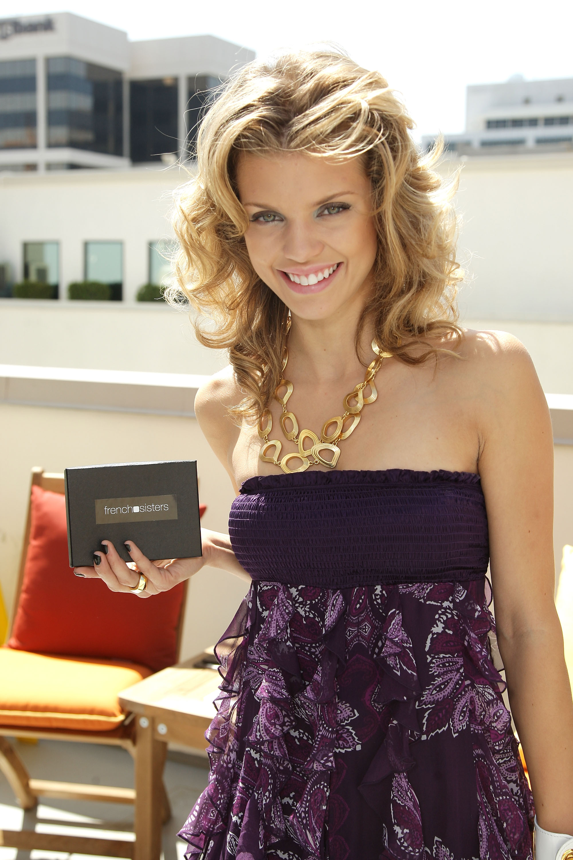 92246_Celebutopia-AnnaLynne_McCord-2008_Pre-Emmys_DPA_Gifting_Lounge_Day_3-03_122_252lo.jpg