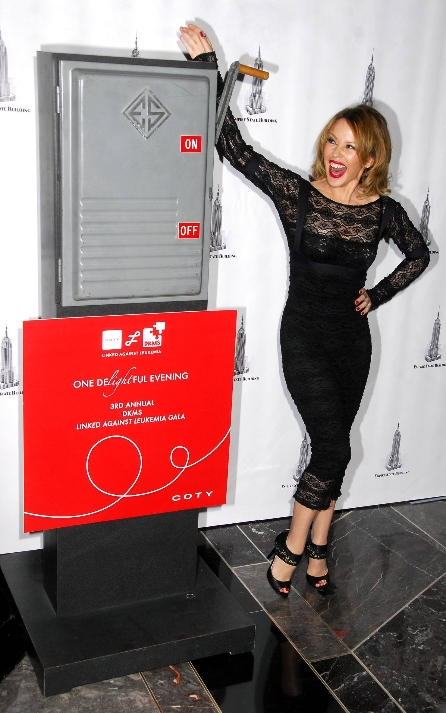 25718_Celebutopia-Kylie_Minogue_lights_The_Empire_State_Building-01_122_416lo.jpg