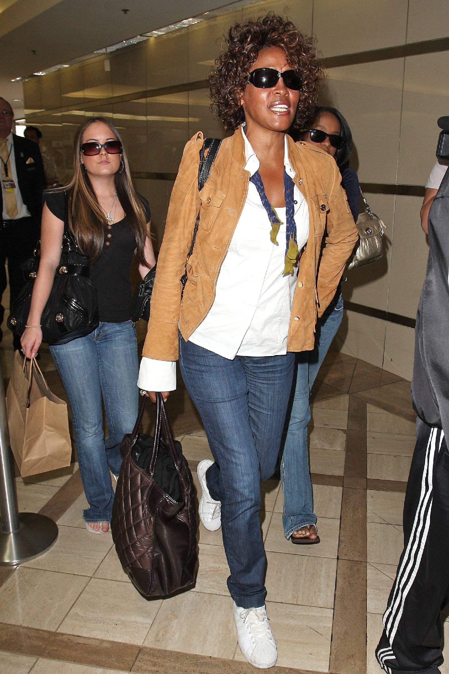 22937_whitney_houston_arriving_at_lax_tikipeter_celebritycity_013_122_580lo.jpg