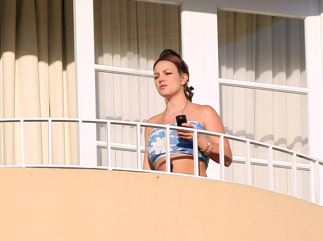 57486_celeb-city.eu_Britney_Spears_at_hotel_in_Beverly_Hills_29_123_1145lo.jpg