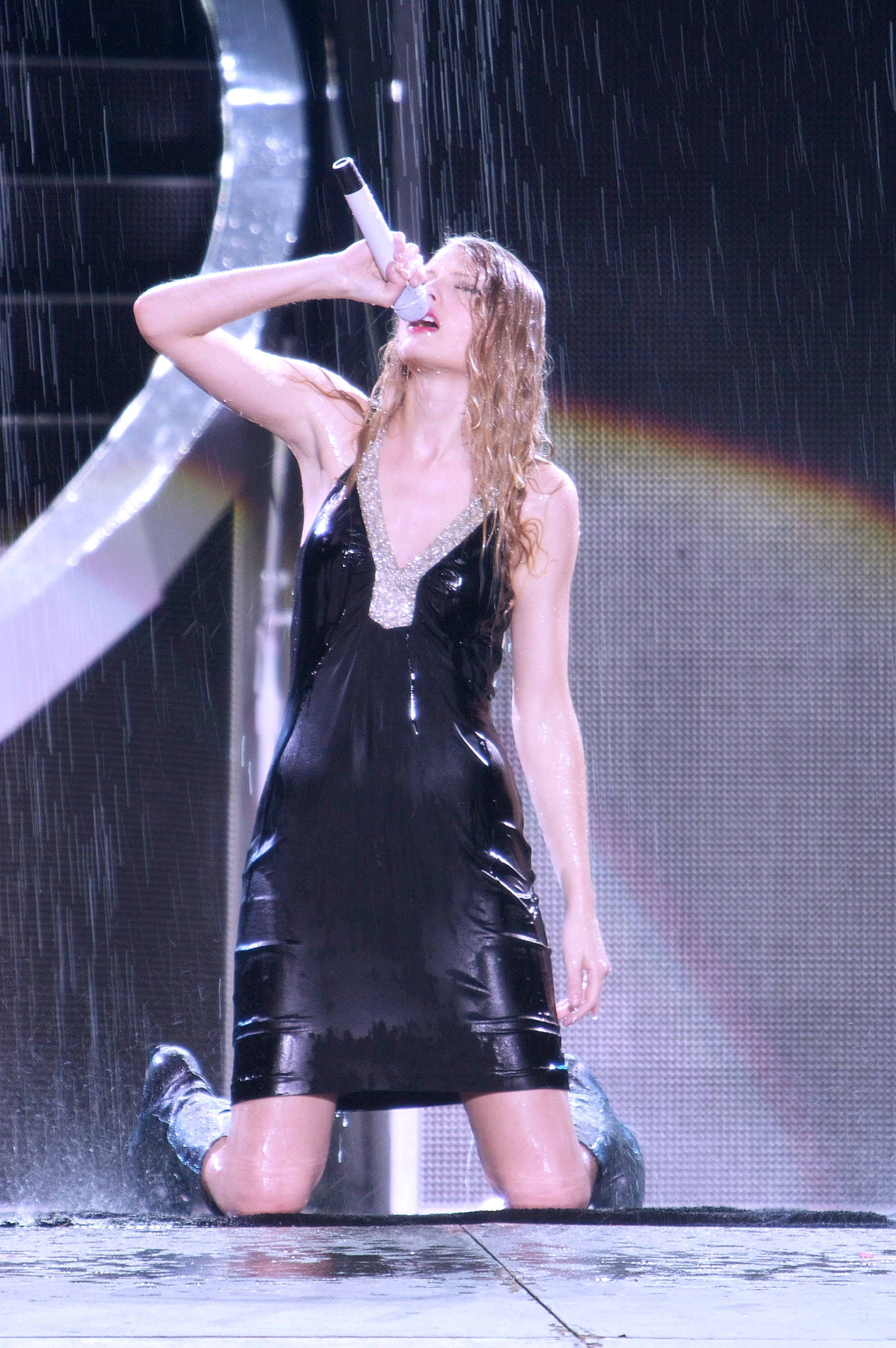 32573_Taylor_swift_performs_her_Fearless_Tour_at_Tiger_Stadium_014_122_143lo.jpg
