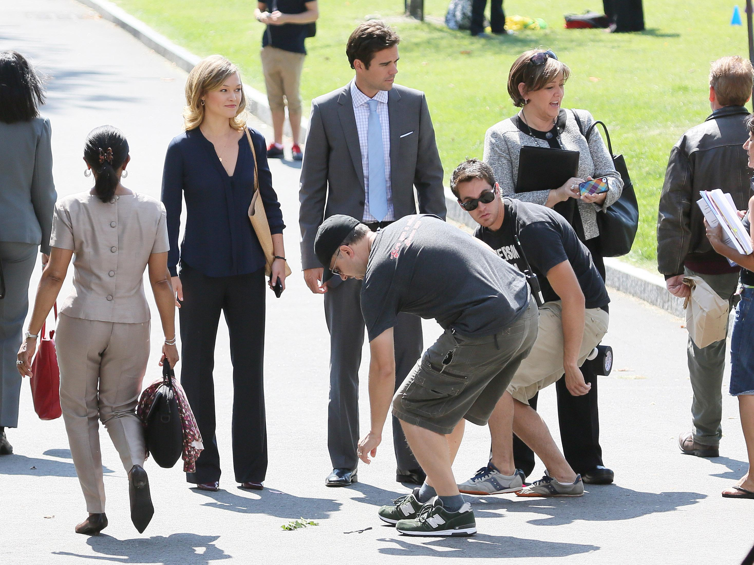 703219167_Julia_Stiles_on_the_set_of_The_Makeover6_122_232lo.jpg