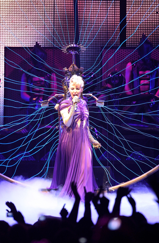 15157_Kylie_Minogue_KylieX2008_Performance_050608_005_122_1162lo.jpg