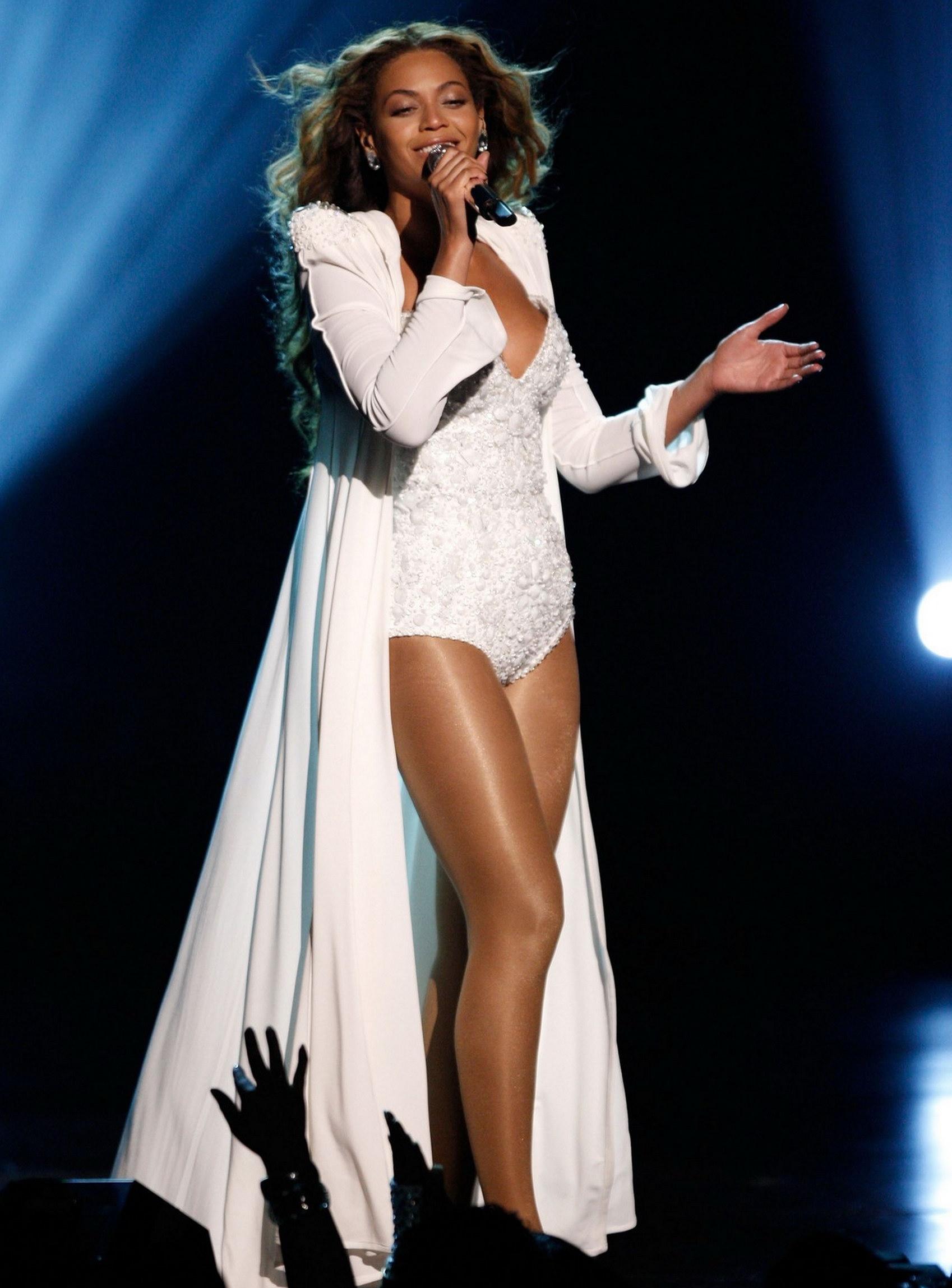 98752_Beyonce_9_122_606lo.jpg