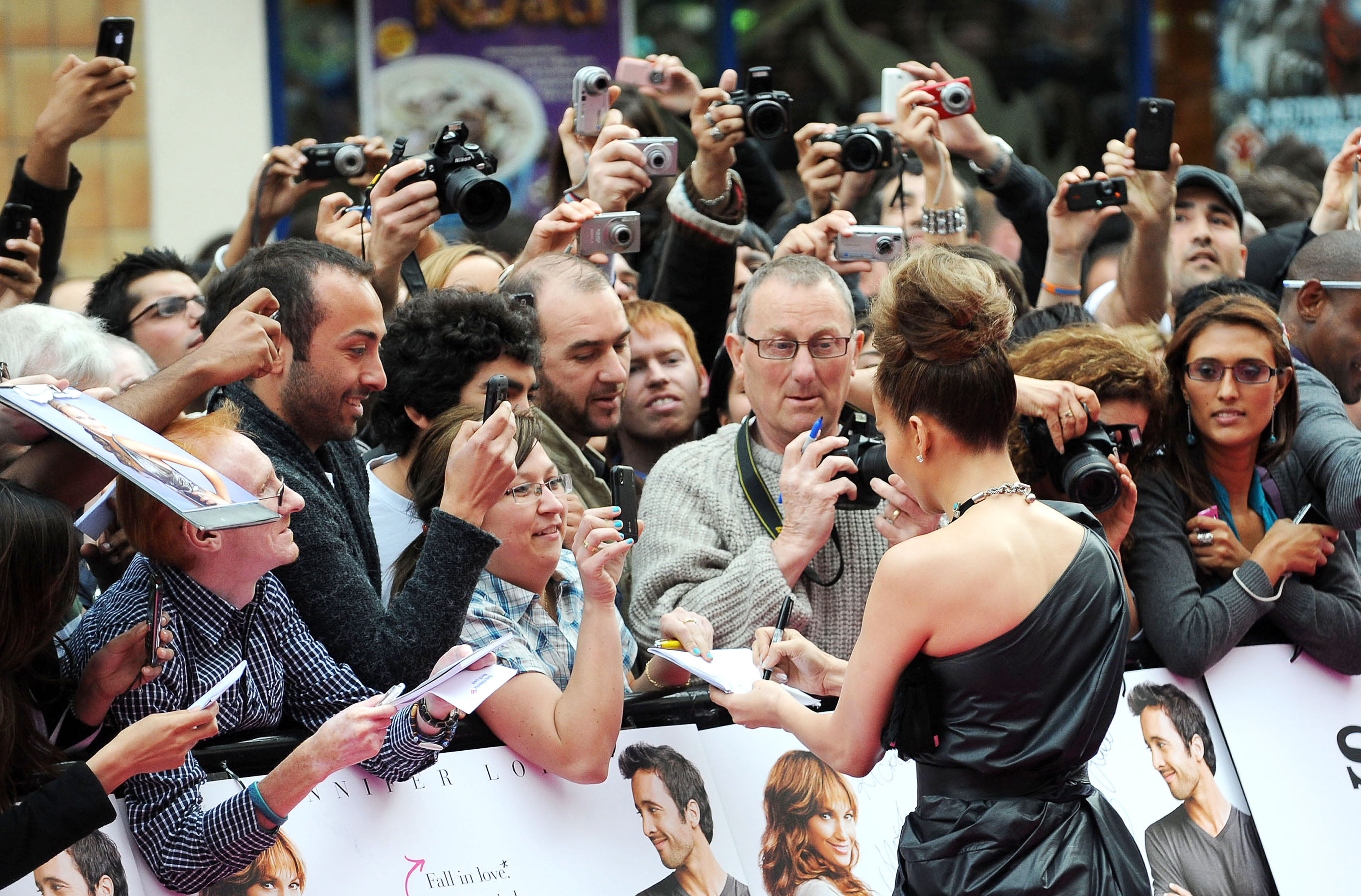 50387_celebrity_paradise.com_TheElder_JenniferLopez2010_04_28_TheBack_UpPlanUKPremiere171_122_89lo.jpg