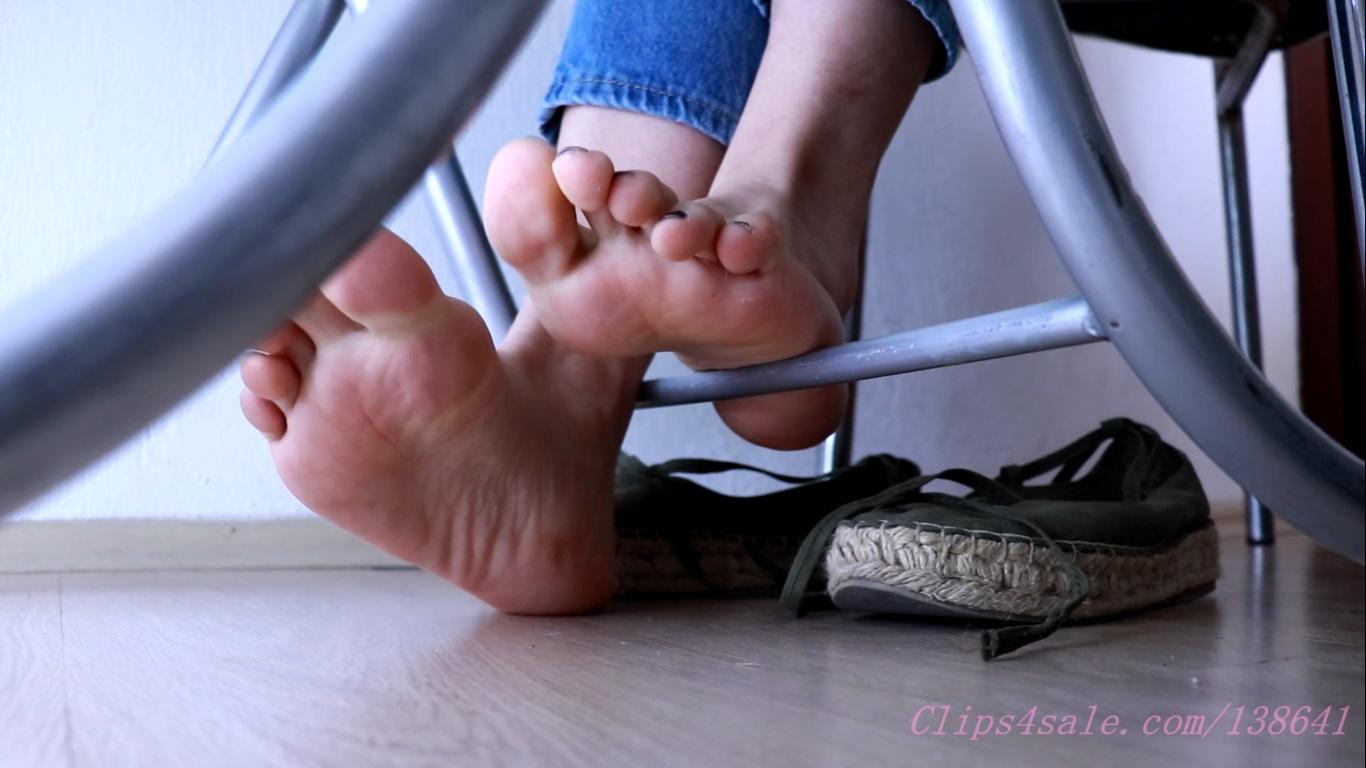 785425812_ShoeplayandDanglingSs2_123_175lo.jpg