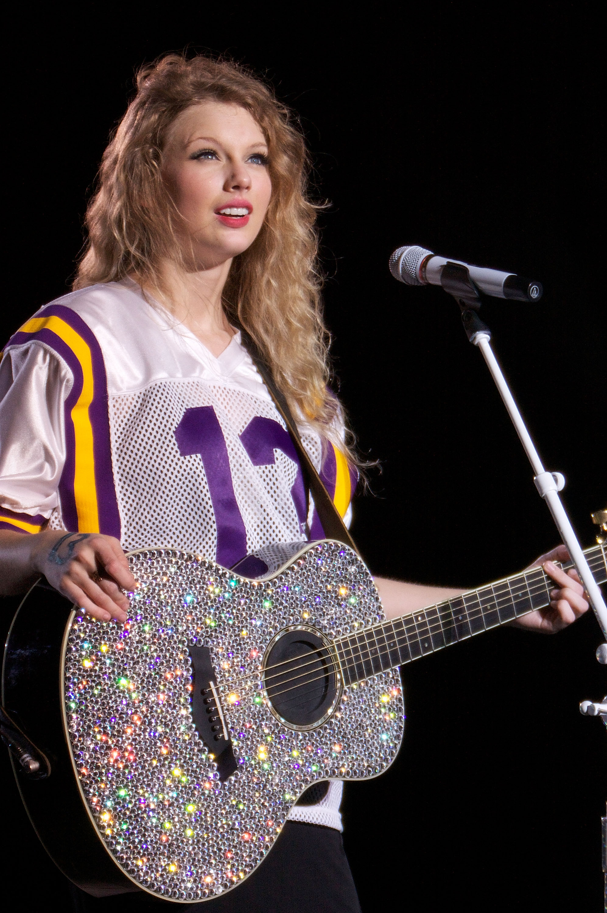 32524_Taylor_swift_performs_her_Fearless_Tour_at_Tiger_Stadium_007_122_493lo.jpg